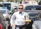 Ex-gerente vende água vestido como garçom - Reinaldo Canato/UOL