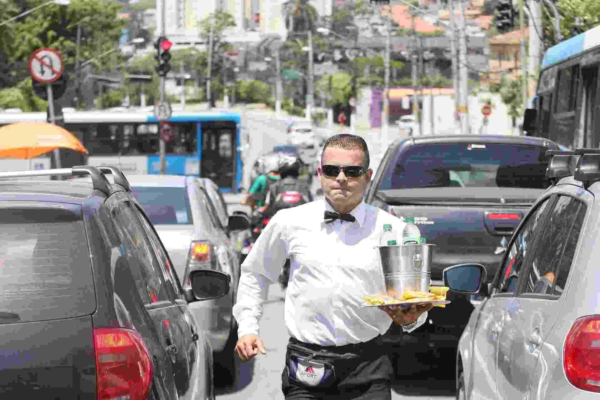 15.out.2015 - Depois de ficar meses desempregado, Jairo Rosendo de Freitas, 34, decidiu vender água e amendoim na av. Interlagos, zona sul de São Paulo, vestido como garçom. Clique nas fotos acima para conhecer sua rotina de trabalho - Reinaldo Canato/UOL