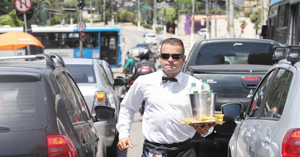 15.out.2015 - Depois de ficar meses desempregado, Jairo Rosendo de Freitas, 34, decidiu vender água e amendoim na av. Interlagos, zona sul de São Paulo, vestido como garçom. Clique nas fotos acima para conhecer sua rotina de trabalho