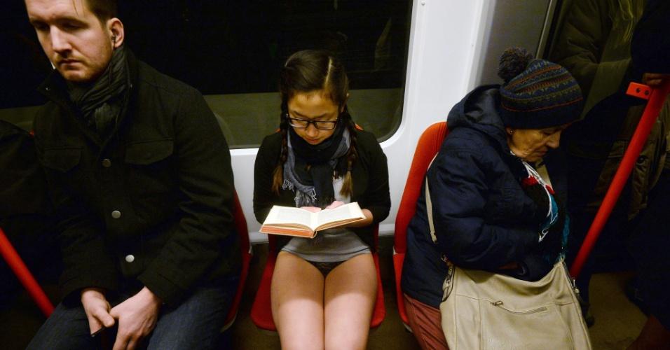"""10.jan.2016 - Passageira do metrô em Praga, na República Tcheca, lê livro. Ela participa da brincadeira """"Sem calças no metrô"""", realizada anualmente desde 2002"""