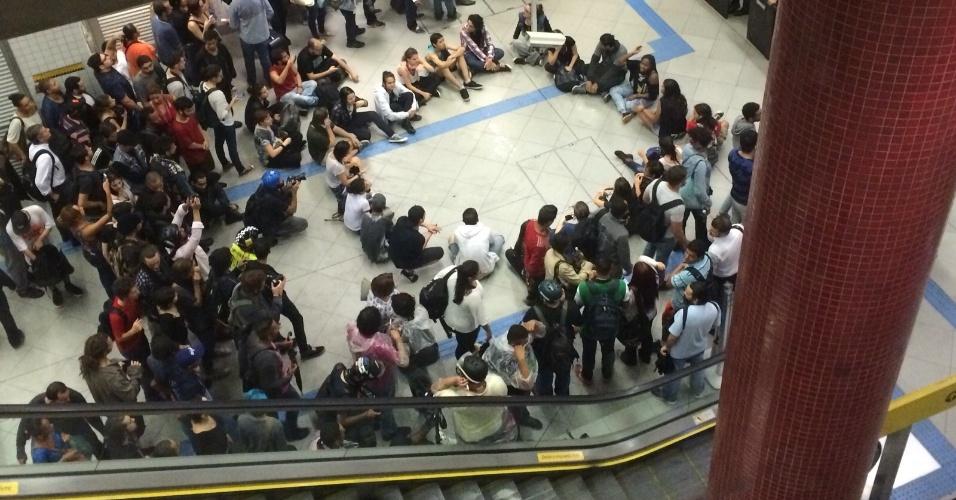 14.jan.2016 - Manifestantes se sentam no chão e formam um círculo na estação Butantã, na zona oeste de São Paulo, após ato contra o aumento da tarifa do transporte público na cidade de São Paulo. No último sábado (9), as tarifas de ônibus, metrô e trem subiram de R $ 3,50 para R$ 3,80, um aumento de 8,6%