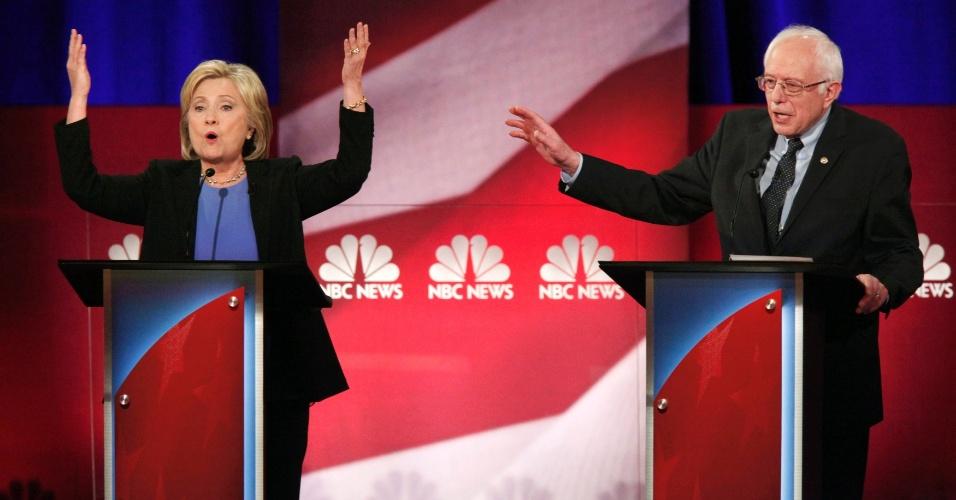 18.jan.2016 - A pré-candidata democrata à Presidência dos Estados Unidos Hillary Clinton reprovou neste domingo (17) seu principal rival, o senador Bernie Sanders, por ter apoiado medidas favoráveis aos grupos de pressão das armas de fogo, no último debate do partido antes das eleições primárias