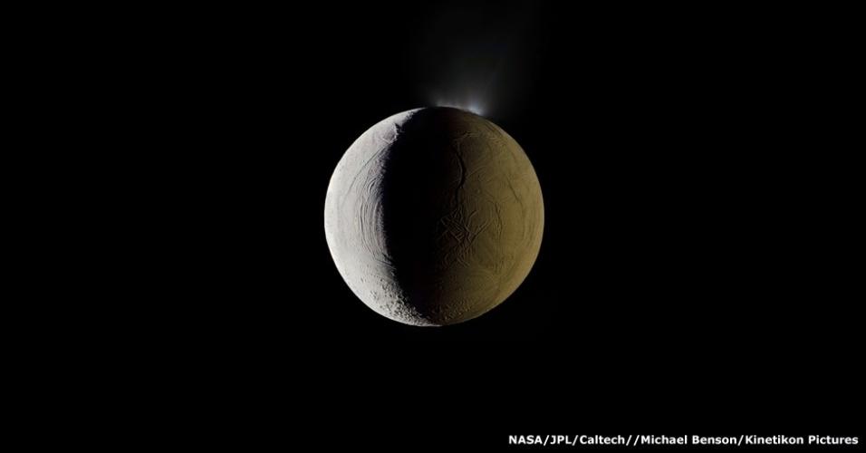 'Muitas pessoas ficam fascinadas com esta imagem de Encélado, uma das luas de Saturno, porque ela se parece com a Estrela da Morte de Guerra nas Estrelas', diz Cooper. O lado direito da lua aparece iluminada pelo Sol e, no lado esquerdo, por raios solares que foram refletidos por Saturno