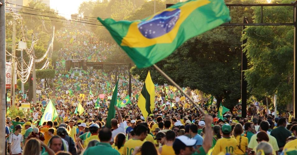 13.mar.2016 - Em Campo Grande, cerca de 40 mil manifestantes, de acordo com a PM, se concentraram na praça Rádio Clube, na avenida Afonso Pena