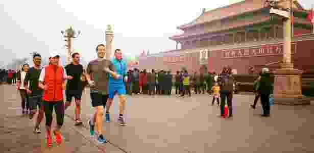 Mark Zuckerberg corre no centro de Pequim sem máscara durante pico de poluição - Reprodução/Facebook Mark Zuckerberg