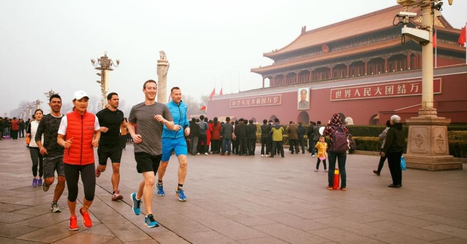 """18.mar.2016 - Mark Zuckerberg, CEO do Facebook, gerou controvérsia com uma fotografia correndo no centro de Pequim, sem máscara, durante um pico de poluição na capital chinesa. Zuckerberg, que publicou a imagem em sua conta no Facebook, provocou mais de 150 mil reações de internautas em sua conta em apenas algumas horas. """"O solo que você pisa esteve coberto do sangue dos estudantes que lutaram pela democracia. Mas aproveita sua corrida, Mark"""", disse um usuário do Facebook, em alusão à violenta repressão do regime chinês aos protestos na praça de Praça da Paz Celestial de 1989, em frente à Cidade Proibida"""