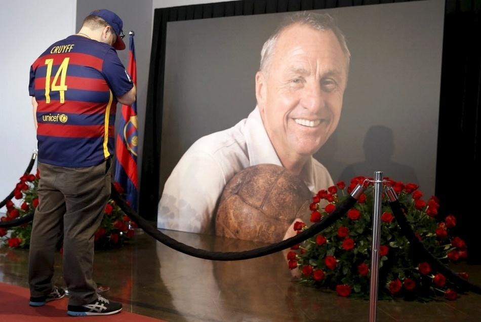 26.mar.2016 - Vestido com camisa do Barcelona, homem chora pela morte do ídolo holandês Johan Cruyff durante memorial feito pelo clube catalão no estádio Camp Nou, em Barcelona, na Espanha. O ex-jogador de futebol morreu na quinta-feira (24) em decorrência de um câncer no pulmão