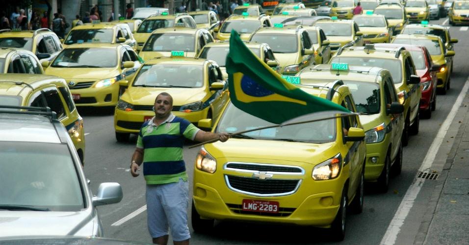 1º.abr.2016 - Taxistas fazem manifestações, em vários pontos da cidade do Rio de Janeiro, contra o aplicativo Uber. Os motoristas de táxi estão andando em velocidade reduzida, prejudicando o trânsito nesses locais
