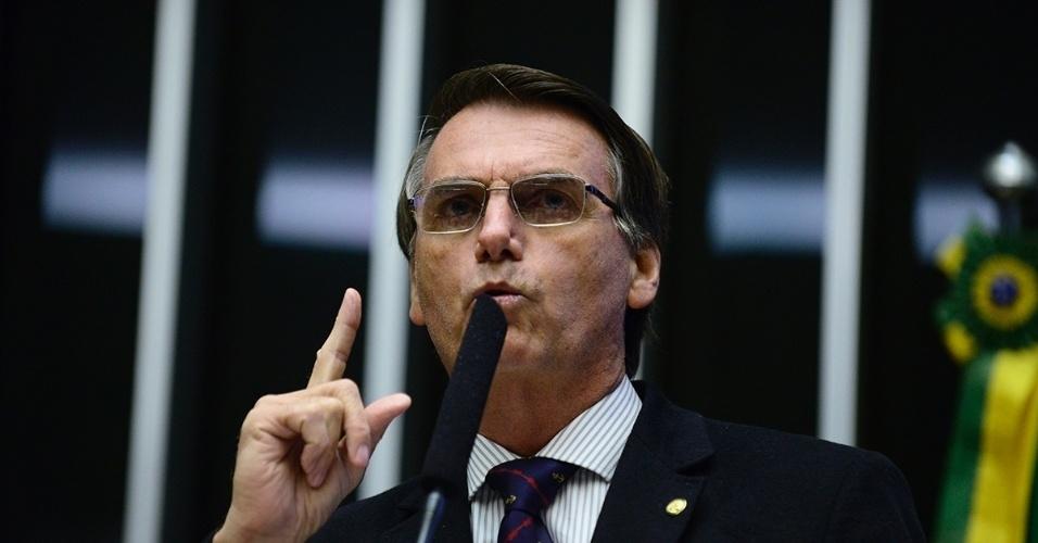 16.abr.2015 - O deputado federal Jair Bolsonaro (PSC-RJ) sugeriu, durante discurso no Plenário da Câmara na madrugada deste sábado (16), que o governo federal planeja um atentado terrorista para não entregar o poder. O deputado disse ainda não acreditar que o PT irá entregar o poder mesmo após a votação do impeachment