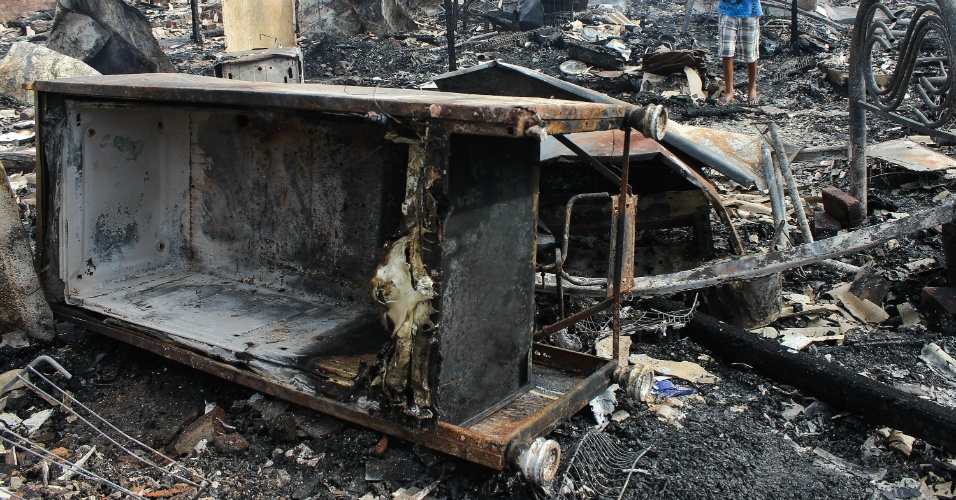 14.mai.2016 - Um incêndio de grandes proporções iniciado na noite de sexta-feira (13) destruiu parte de uma comunidade na Ilha de Joaneiro, zona norte do Recife. Mais de cem famílias foram afetadas. Não há informação sobre vítimas