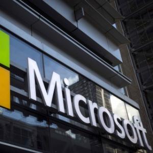 26.mai.2016 - Logo da Microsoft na frente do escritório da empresa em Nova York
