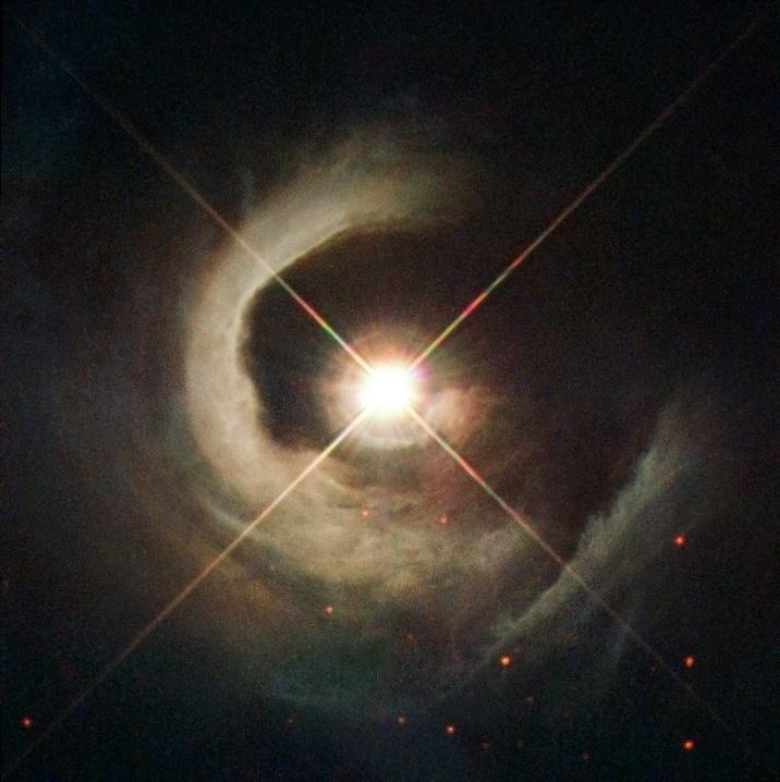 13.jun.2016 - NASCIMENTO DE UMA ESTRELA - Uma estrela nos estágios finais do nascimento mostra como o Sol poderia ter se formado há 4,6 bilhões de anos. Localizado 1800 anos-luz de distância, na constelação de Cygnus, a V1331 Cyg era apenas parte de uma nuvem de gás, modificado ao longo do tempo através da força gravitacional. Elá ainda não está pronta, mas já brilha por estar liberando energia. A imagem foi registrada pelo telescópio espacial Hubble
