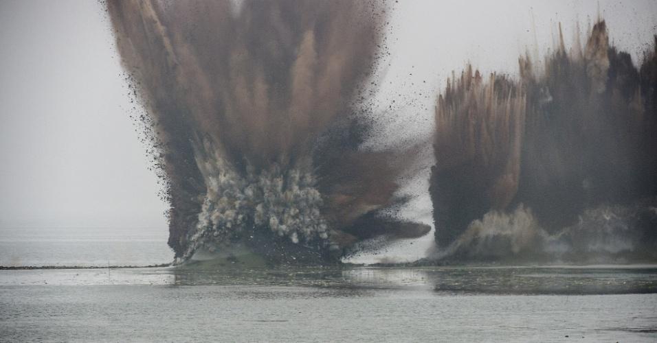 14.jul.2016 - Dique que separa os lagos Liangzi e Niushan é destruído na província de Hubei, na região central da China. As autoridades locais destruíram a barragem, de 3,7 km de cumprimento, para tentar dispersar o nível de água que tem causado inundações pela região