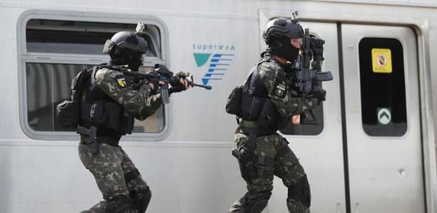 16.jul.2016 - O Exército brasileiro fez na manha desse sábado (16), uma simulação de ataque terrorista na estação de trem de Deodoro, no Rio de Janeiro