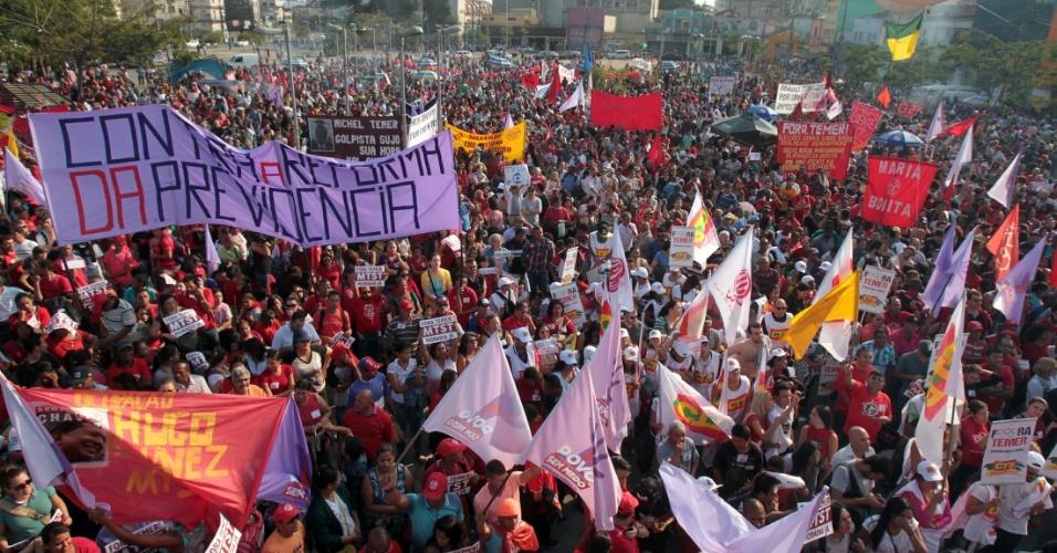31.jul.2016 - O Largo da Batata, na zona oeste de São Paulo, é tomado por manifestantes durante protesto a favor da presidente afastada Dilma Rousseff (PT). O protesto contra o impeachment e em defesa da democracia brasileira foi chamado por movimentos sociais e centrais sindicais