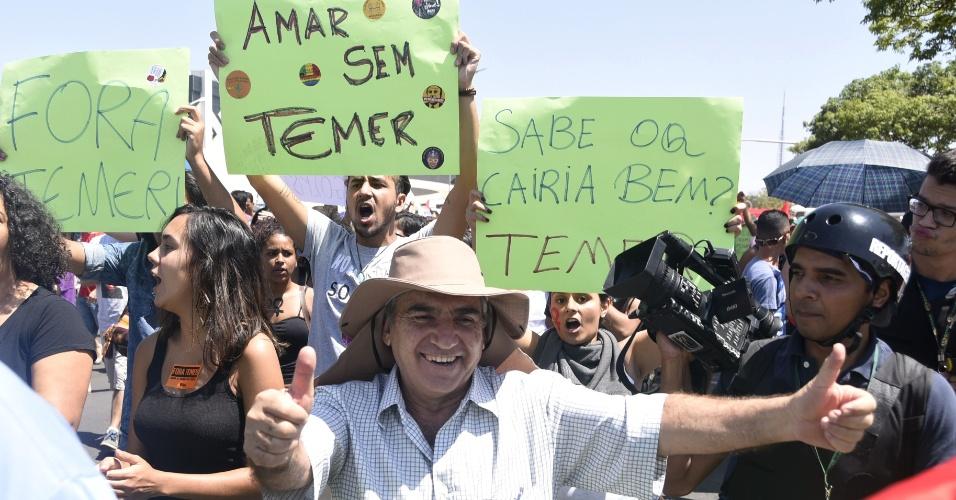 7.set.2016 - Manifestantes no protesto O Grito dos Excluidos contra  o governo Temer em Brasilia.  Ex-ministro Gilberto Carvalho na manifestacao