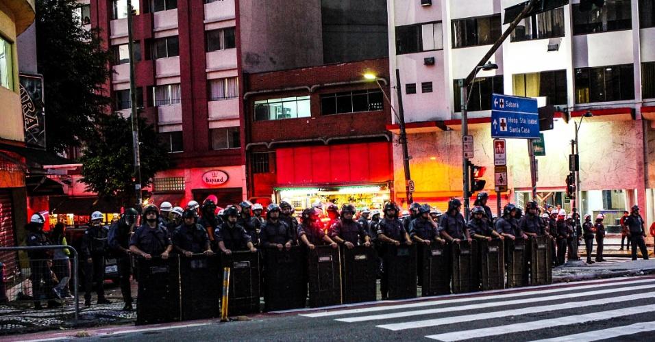 7.set.2016 - Policiais militares observam a movimentação de manifestantes na Rua Maria Antônia. O ato que pede a saída do presidente Michel Temer teve início na Praça da Sé e desceu a avenida da Consolação após passar pela Avenida Paulista