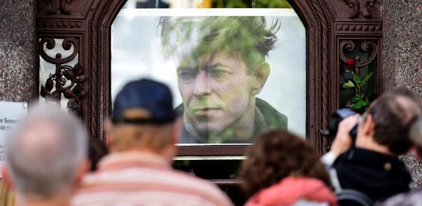 22.ago.2016 - Público acompanha cerimônia de apresentação de placa comemorativa dedicada a David Bowie