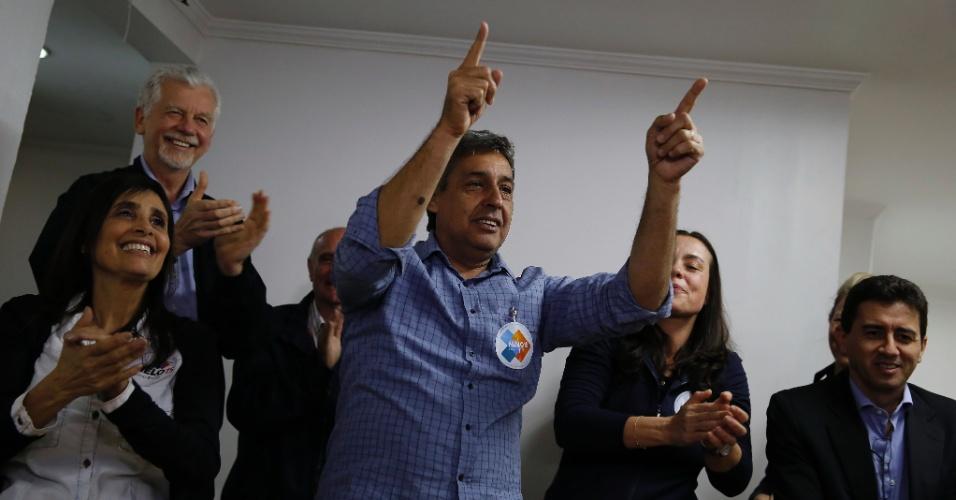 2.out.2016 - Sebastião Melo (PMDB) comemora após ir para o segundo turno na eleição para prefeito de Porto Alegre. Ele enfrentará Nelson Marchezan Jr. (PSDB)