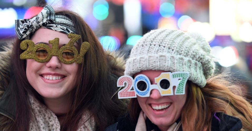 31.dez.2016 - Pessoas se concentram na tradicional Times Square, em Nova York, para aguardar a chegada de 2017