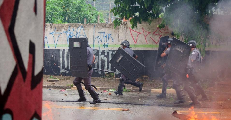 17.jan.2017 - PM cumpre ação de reintegração de posse na ocupação Colonial, em São Mateus, zona leste de São Paulo. Segundo moradores, o local está ocupado desde 11 de janeiro de 2015