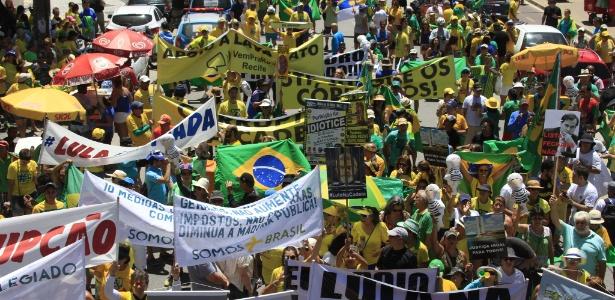 26.mar.2017 - Manifestantes em apoio à Operação Lava Jato protestam na avenida Boa Viagem, Recife