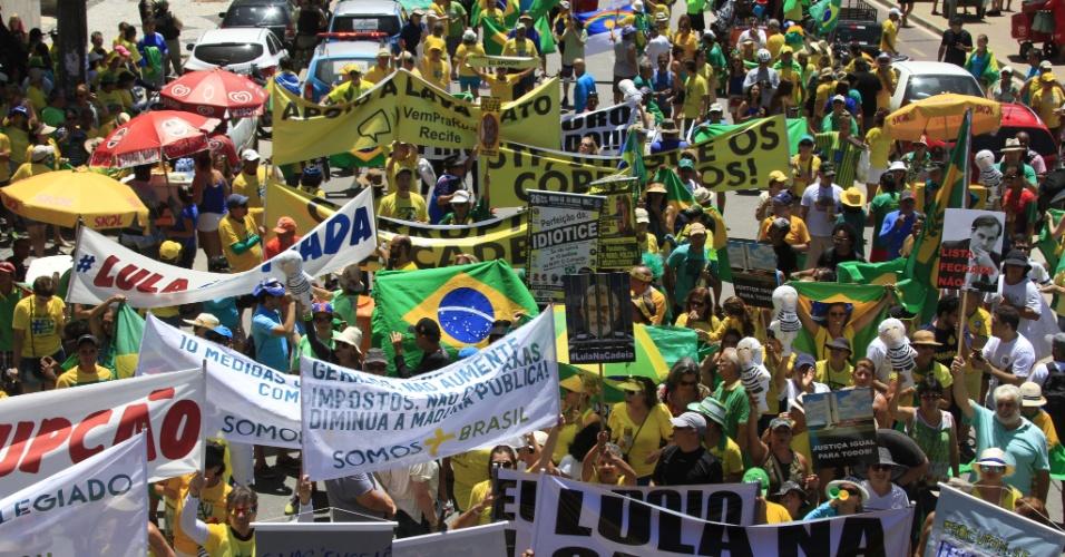 26.mar.2017 - Manifestantes em apoio à Operação Lava Jato protestam na avenida Boa Viagem, Recife (PE). Políticos dos principais partidos brasileiros são alvos dos protestos. Além do ex-presidente Luiz Inácio Lula da Silva (PT), Renan Calheiros (PMDB) e Aécio Neves (PSDB) foram criticados nas ruas