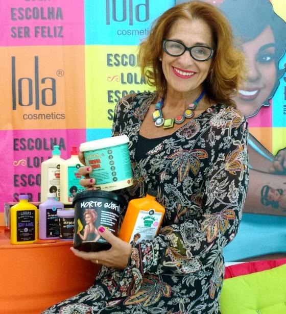 """A empresária Dione Vasconcellos é dona da marca carioca Lola Cosmetics criada, em junho de 2011. Ela dá nome divertidos aos seus cosméticos como """"Meus Cachos, Minha Vida"""", """"Morte Súbida"""", """"Eu Sei o que Você Fez na Química Passada"""""""