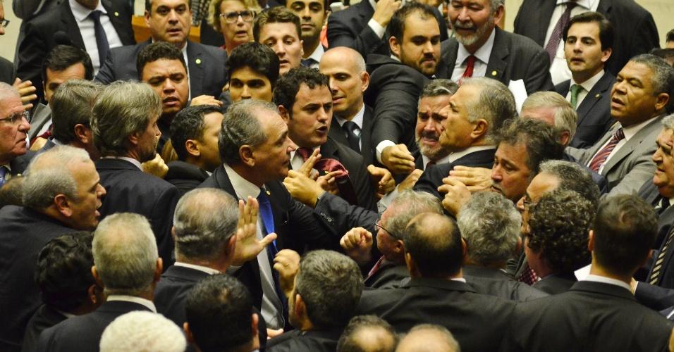24.mai.2017 - Deputados federais trocam empurrões e causam tumulto após o anúncio de que as Forças Armadas iria reforçar a segurança nas ruas da Esplanada dos Ministérios, em Brasília