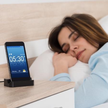 celular; dormir; relógio; despertador - Getty Images/iStock