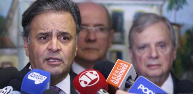 03.ago.2017 - Com Tasso Jereissati (d) ao fundo, Aécio Neves concede entrevista a jornalistas após encontro para definir os rumos do comando do PSDB