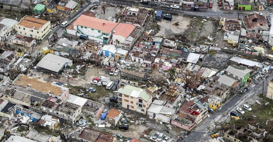 6.set.2017 - Em foto aérea, a destruição na cidade de Philipsburg, capital da ilha de São Martinho, após passagem do furacão Irma