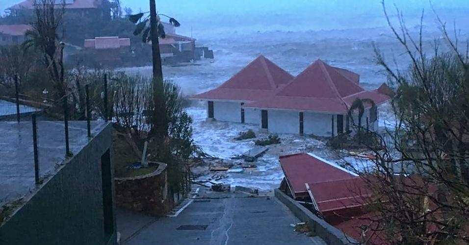 7.set.2017 - Cada inundada na cidade de Gustávia, capital da Coletividade de São Bartolomeu (território pertencente à França), no Caribe, após passagem do furacão Irma