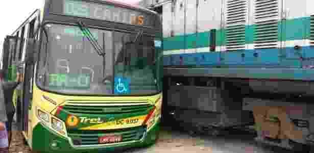 Acidente envolvendo ônibus e trem em Duque de Caxias (RJ) paralisa circulação nas extensões Vila Inhomirim e Guapimirim, da SuperVia - Reprodução/Twitter/@Luciano7213678