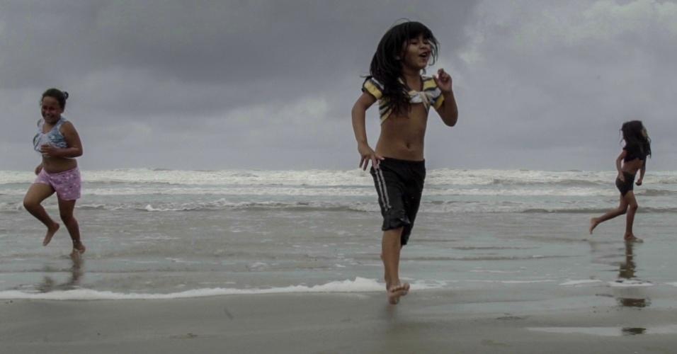Crianças da terra indígena Piaçaguera brincam na praia de Peruíbe, onde pode ser instalada a maior termelétrica em área urbana do mundo