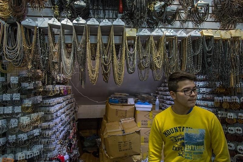 28.nov.2017 - Gustavo Adolfo, 18, nasceu no Paraguai e vive no Brasil desde os cinco anos de idade. Em uma galeria da feirinha, ele trabalha na banca do seu tio, que tem vários pontos de venda de bijuterias na cidade