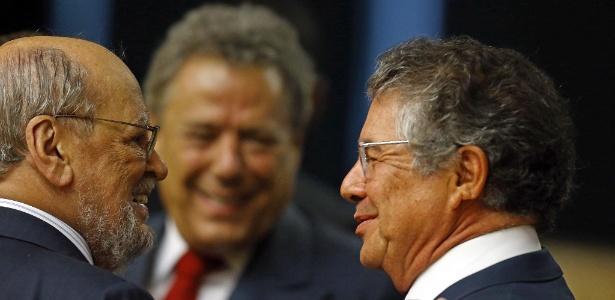 Um dos advogados do ex-presidente Lula, Sepúlveda Pertence, cumprimenta o ministro Marco Aurélio Mello  - Dida Sampaio/Estadão Conteúdo