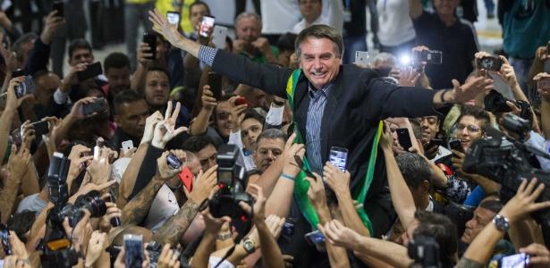 28.mar.2018 - O pré-candidato à Presidência da República, Jair Bolsonaro (PSL), é recepcionado por militantes no Aeroporto Internacional Afonso Pena, em Curitiba (PR)