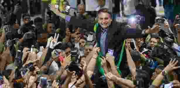 28.mar.2018 - O pré-candidato à Presidência da República, Jair Bolsonaro (PSL), é recepcionado por militantes no Aeroporto Internacional Afonso Pena, em Curitiba (PR) - Danilo Verpa/Folhapress - Danilo Verpa/Folhapress