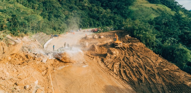 Trecho onde houve queda de barreira na altura do km 89 da Rodovia Mogi-Bertioga (SP-098).