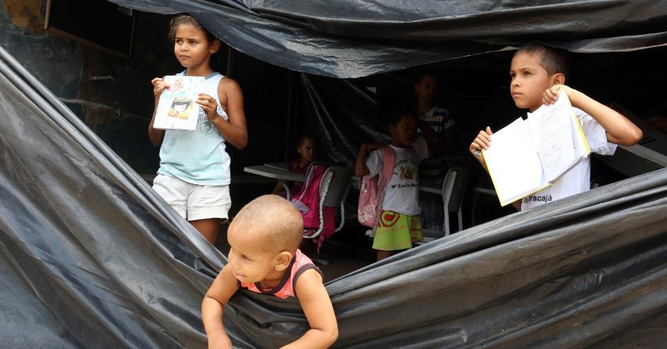 5.abr.2018 - As crianças só têm aulas no período da manhã, em Areia (PB), porque o calor da tarde embaixo dos plásticos que servem de teto e paredes são insuportáveis