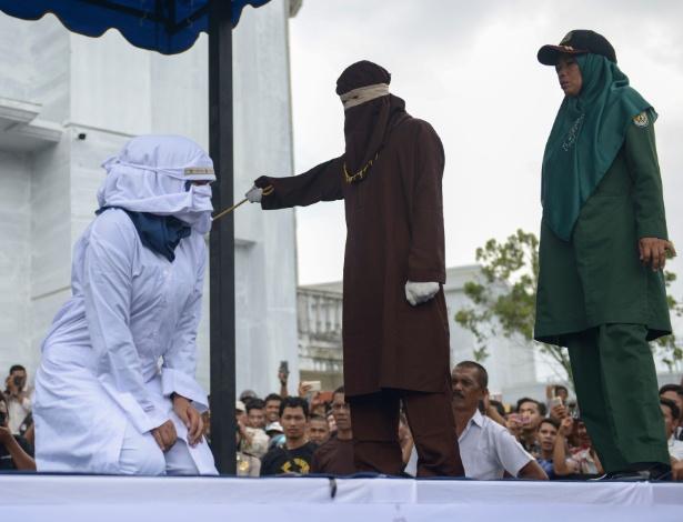 Mulher é publicamente chicoteada em Aceh, única província da Indonésia a aplicar a lei islâmica - Chaideer Mahyuddin/AFP