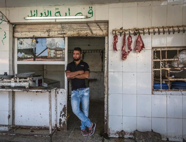 Zaid Imad Khalaf no mercado onde trabalhava vendendo frangos, em Tel Kaif, no Iraque