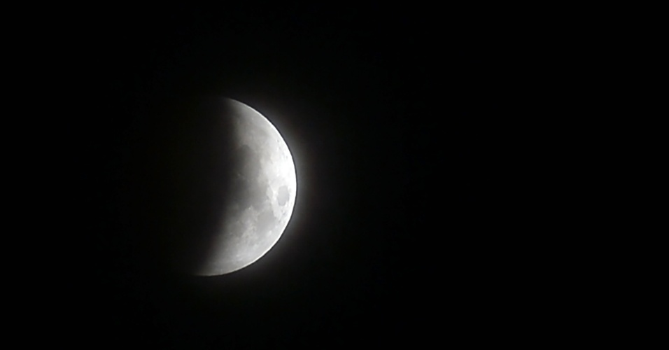 27.jul.18 - O eclipse da lua visto de Colombo, Sri Lanka