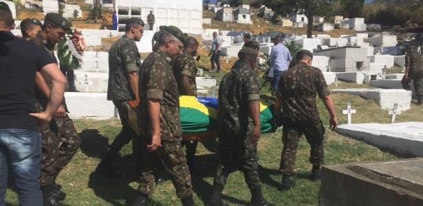 21.ago.2018 - Enterro do cabo do Exército Fabiano de Oliveira Santos em Japeri, Baixada Fluminense - UOL