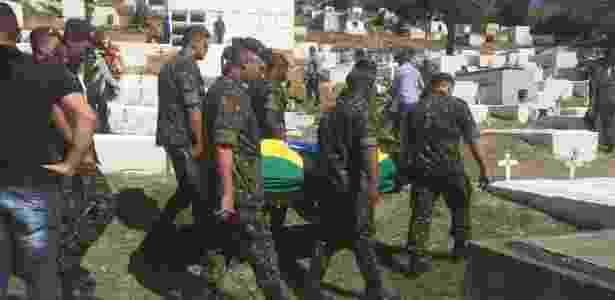 21.ago.2018 - O cabo Fabiano de Oliveira Santos foi enterrado em Japeri, na Baixada Fluminense - UOL