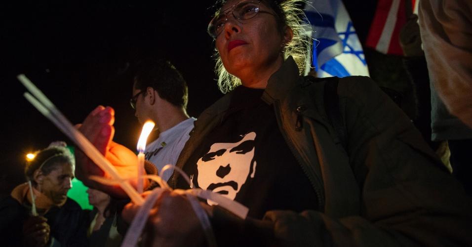 7.set.2018 - Simpatizantes mantêm vigília em frente ao Hospital Israelita Albert Einstein, na zona sul de São Paulo, na noite desta sexta-feira. O candidato à Presidência Jair Bolsonaro (PSL) permanece internado no hospital