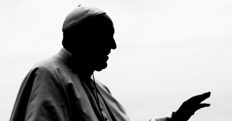 O papa Francisco apresenta-se na praça São Pedro, no Vaticano, pouco depois do episódio de encobrimento de abusos sexuais por membros da igreja