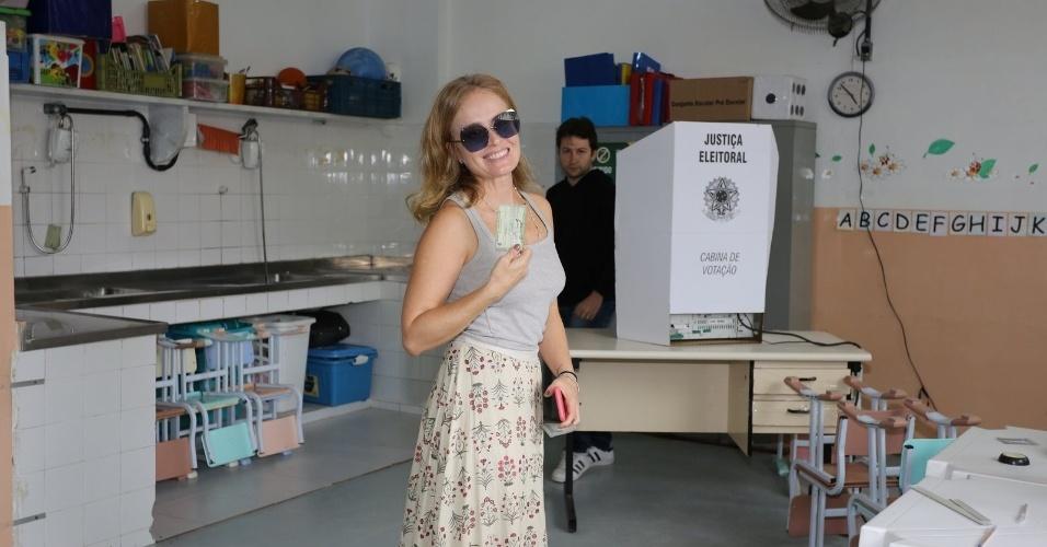 Apresentadora Angélica na seção eleitoral onde vota na Barra da Tijuca, no Rio de Janeiro