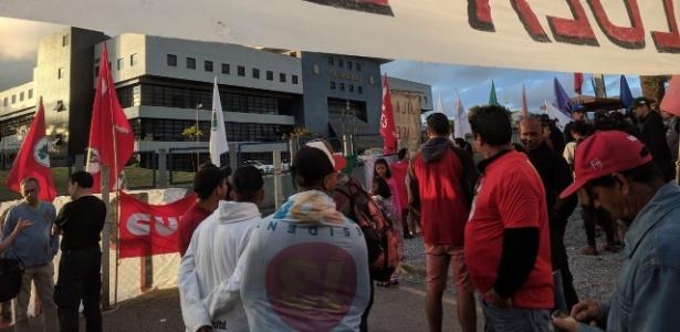 Cerca de cem pessoas se reuniram na Vigília Lula Livre durante apuração das urnas